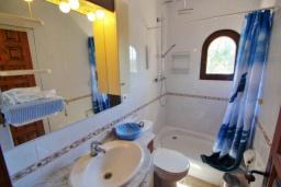 Ванная комната. Испания, Бенисса : Замечательный дом для отдыха, с хорошей мебелью, расположен на вершине холма, 2 спальни, ванная комната, частный басейн