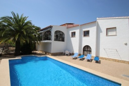 Бассейн. Испания, Кальпе : Светлая просторная вилла с видом на море, 2 спальни, ванная комнаты, частный басейн