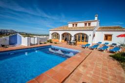 Бассейн. Испания, Теулада : Изысканная вилла в традиционном испанском стиле с 5 спальнями, 3 ванными комнатами, частным бассейном, стоянкой на 4 авто