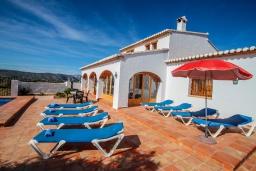 Зона отдыха у бассейна. Испания, Теулада : Изысканная вилла в традиционном испанском стиле с 5 спальнями, 3 ванными комнатами, частным бассейном, стоянкой на 4 авто