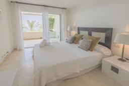 Спальня. Испания, Эстепона : Фантастические апартаменты с 3 спальнями расположены на южной стороне с панорамным видом на море. Включают общий бассейн и зеленые зоны.