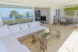Гостиная / Столовая. Испания, Эстепона : Фантастические апартаменты с 3 спальнями расположены на южной стороне с панорамным видом на море. Включают общий бассейн и зеленые зоны.