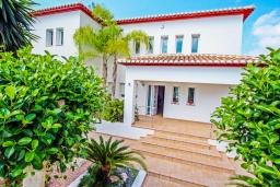 Вид на виллу/дом снаружи. Испания, Мораира : Современная стильная вилла с просторными комнатами недалеко от курорта Морайра, 4 спальни, 3 ванные комнаты, кондиционеры, частный бассейн