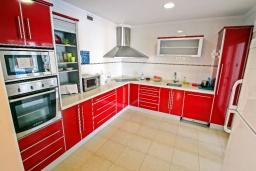 Кухня. Испания, Мораира : Современная стильная вилла с просторными комнатами недалеко от курорта Морайра, 4 спальни, 3 ванные комнаты, кондиционеры, частный бассейн