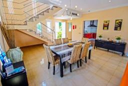 Обеденная зона. Испания, Мораира : Современная стильная вилла с просторными комнатами недалеко от курорта Морайра, 4 спальни, 3 ванные комнаты, кондиционеры, частный бассейн