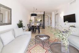Гостиная / Столовая. Испания, Новая Андалусия : Фантастические апартаменты с видом на горы расположены в городе Марбелья. Включают светлую террасу, а также бассейн с подогревом.