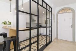Вход. Испания, Новая Андалусия : Фантастические апартаменты с видом на горы расположены в городе Марбелья. Включают светлую террасу, а также бассейн с подогревом.
