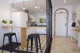 Кухня. Испания, Новая Андалусия : Фантастические апартаменты с видом на горы расположены в городе Марбелья. Включают светлую террасу, а также бассейн с подогревом.