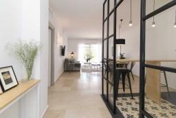 Коридор. Испания, Новая Андалусия : Фантастические апартаменты с видом на горы расположены в городе Марбелья. Включают светлую террасу, а также бассейн с подогревом.