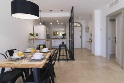 Обеденная зона. Испания, Новая Андалусия : Фантастические апартаменты с видом на горы расположены в городе Марбелья. Включают светлую террасу, а также бассейн с подогревом.