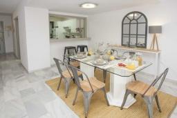 Обеденная зона. Испания, Пуэрто Банус : Изумительные апартаменты с 3 спальнями, расположены в Пуэрто Банус, в 200 метрах от пляжа.
