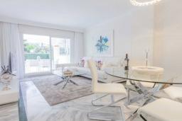 Гостиная / Столовая. Испания, Марбелья : Очаровательные апартаменты с 2 спальнями расположены в городе Марбелья, на территории имеется открытый бассейн и сад.