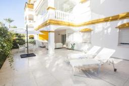 Терраса. Испания, Марбелья : Очаровательные апартаменты с 2 спальнями расположены в городе Марбелья, на территории имеется открытый бассейн и сад.