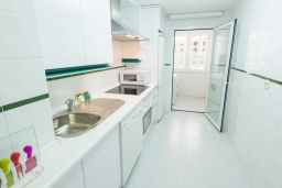 Кухня. Испания, Марбелья : Очаровательные апартаменты с 2 спальнями расположены в городе Марбелья, на территории имеется открытый бассейн и сад.