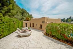 Фасад дома. Испания, Мораира : Привлекательная вилла в арабском стиле расположенная в тихом жилом районе на склоне холма, 2 спальни, 2 ванные комнаты, частный бассейн, WIFI