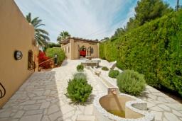 Вид на виллу/дом снаружи. Испания, Мораира : Привлекательная вилла в арабском стиле расположенная в тихом жилом районе на склоне холма, 2 спальни, 2 ванные комнаты, частный бассейн, WIFI
