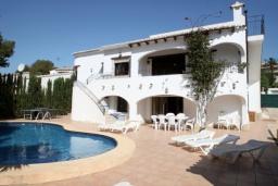 Вид на виллу/дом снаружи. Испания, Мораира : Удобная просторная вилла расположенная в тихом жилом районе Моравит, 5 спален, 3 ванные комнаты, кондиционеры, частный бассейн