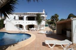 Зона отдыха у бассейна. Испания, Мораира : Удобная просторная вилла расположенная в тихом жилом районе Моравит, 5 спален, 3 ванные комнаты, кондиционеры, частный бассейн