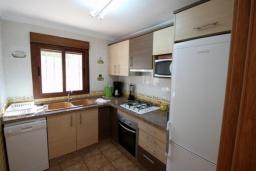Кухня. Испания, Мораира : Удобная просторная вилла расположенная в тихом жилом районе Моравит, 5 спален, 3 ванные комнаты, кондиционеры, частный бассейн
