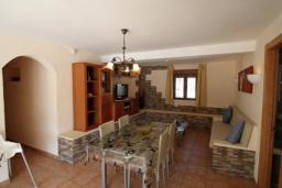 Обеденная зона. Испания, Мораира : Удобная просторная вилла расположенная в тихом жилом районе Моравит, 5 спален, 3 ванные комнаты, кондиционеры, частный бассейн