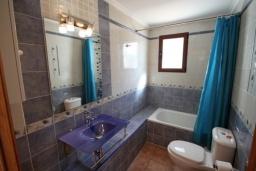 Ванная комната. Испания, Мораира : Удобная просторная вилла расположенная в тихом жилом районе Моравит, 5 спален, 3 ванные комнаты, кондиционеры, частный бассейн