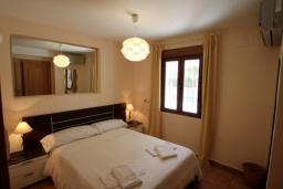 Спальня. Испания, Мораира : Удобная просторная вилла расположенная в тихом жилом районе Моравит, 5 спален, 3 ванные комнаты, кондиционеры, частный бассейн