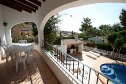 Терраса. Испания, Мораира : Удобная просторная вилла расположенная в тихом жилом районе Моравит, 5 спален, 3 ванные комнаты, кондиционеры, частный бассейн