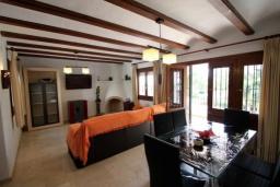 Гостиная / Столовая. Испания, Мораира : Удобная просторная вилла расположенная в тихом жилом районе Моравит, 5 спален, 3 ванные комнаты, кондиционеры, частный бассейн