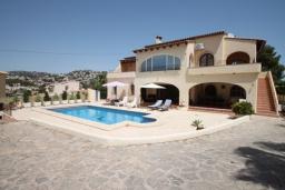 Вид на виллу/дом снаружи. Испания, Бенисса : Изысканный дом для отдыха в спокойном районе центра города, 2 спальни, ванная комната, частный бассейн, парковка на 2 авто