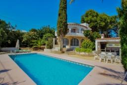 Бассейн. Испания, Мораира : Отличная полностью меблированная вилла расположена в спокойном местечке, недалеко от курорта Морайра, 2 спальни, 2 ванные комнаты, частный бассейн, парковка