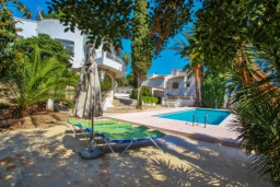 Зелёный сад. Испания, Мораира : Отличная полностью меблированная вилла расположена в спокойном местечке, недалеко от курорта Морайра, 2 спальни, 2 ванные комнаты, частный бассейн, парковка