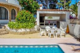 Зона отдыха у бассейна. Испания, Мораира : Отличная полностью меблированная вилла расположена в спокойном местечке, недалеко от курорта Морайра, 2 спальни, 2 ванные комнаты, частный бассейн, парковка