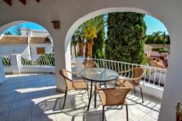 Терраса. Испания, Мораира : Отличная полностью меблированная вилла расположена в спокойном местечке, недалеко от курорта Морайра, 2 спальни, 2 ванные комнаты, частный бассейн, парковка