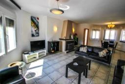 Гостиная / Столовая. Испания, Мораира : Отличная полностью меблированная вилла расположена в спокойном местечке, недалеко от курорта Морайра, 2 спальни, 2 ванные комнаты, частный бассейн, парковка