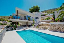 Вид на виллу/дом снаружи. Испания, Мораира : Современная вилла,  вкусом оформленный интерьер как внутри, так и снаружи, 3 спальни, 2 ванные комнаты, частый бассейн, гараж, WIFI, кондиционер