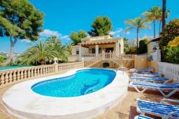 Бассейн. Испания, Мораира : Современная, хорошо меблированная вилла в нескольких минутах ходьбы пляжей, 4 спальни, 2 ванные комнаты, частный бассейн,WI-FI, парковка