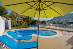 Зона отдыха у бассейна. Испания, Кальпе : Двухэтажная вилла с 3 спальнями, 3 ванными комнатами и частным бассейном, в нескольких минутах ходьбы от прекрасно уединенного пляжа Пуэрто-Бланко.