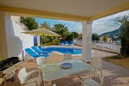 Терраса. Испания, Кальпе : Двухэтажная вилла с 3 спальнями, 3 ванными комнатами и частным бассейном, в нескольких минутах ходьбы от прекрасно уединенного пляжа Пуэрто-Бланко.