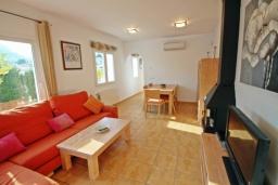 Гостиная / Столовая. Испания, Кальпе : Двухэтажная вилла с 3 спальнями, 3 ванными комнатами и частным бассейном, в нескольких минутах ходьбы от прекрасно уединенного пляжа Пуэрто-Бланко.