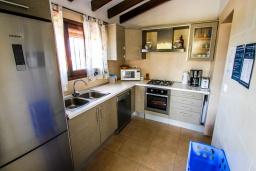 Кухня. Испания, Мораира : Одноэтажная вилла с панорамным видом и частным бассейном, 3 спальни,ванная комната, стоянка на 3 машины,WIFI, кондеционер