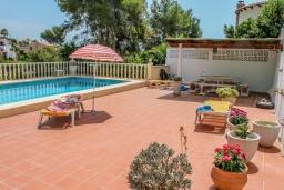 Зона отдыха у бассейна. Испания, Бенисса : Красивая вилла в традиционном испанском стиле, 2 спальни, 2 ванные комнаты, частный бассейн, парковка
