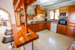 Кухня. Испания, Мораира : Шикарная двухэтажная вилла с видом на море и частным бассейном, 4 спальни, 3 ванные комнаты, WIFI, кондиционеры