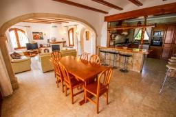 Обеденная зона. Испания, Мораира : Шикарная двухэтажная вилла с видом на море и частным бассейном, 4 спальни, 3 ванные комнаты, WIFI, кондиционеры