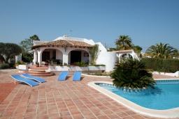 Зона отдыха у бассейна. Испания, Мораира : Вилла в средиземноморском стиле с видом на море с частным бассейном и парковкой на 3 авто, 3 спальни, 2 ванные комнаты, WIFI