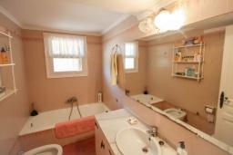 Ванная комната. Испания, Мораира : Дом для отдыха в нескольких минутах езды от центра горда Морайра, 5 спален, 3 ванные комнаты, 2 отдельных входа, частный бассейн