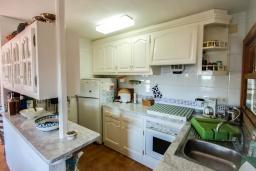 Кухня. Испания, Мораира : Дом для отдыха в нескольких минутах езды от центра горда Морайра, 5 спален, 3 ванные комнаты, 2 отдельных входа, частный бассейн