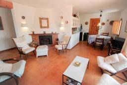 Гостиная / Столовая. Испания, Мораира : Дом для отдыха в нескольких минутах езды от центра горда Морайра, 5 спален, 3 ванные комнаты, 2 отдельных входа, частный бассейн