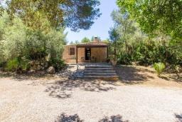 Фасад дома. Испания, Кала Миллор : Красивое каменное поместье с частным бассейном и большой террасой, окруженное природой и спокойствием недалеко от Каньямеля