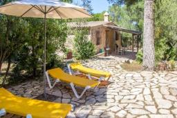 Зона отдыха у бассейна. Испания, Кала Миллор : Красивое каменное поместье с частным бассейном и большой террасой, окруженное природой и спокойствием недалеко от Каньямеля