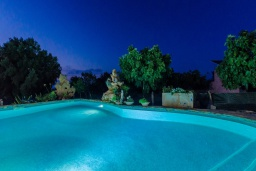 Бассейн. Испания, Кан-Пикафорт : Каменная усадьба с частным бассейном в сельской местности